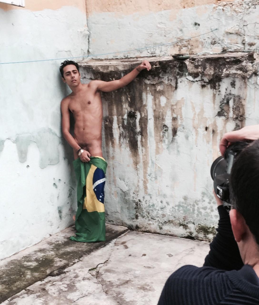 Repórter da Record posa nu em favela para revista gay  veja fotos ... a968ca224c554