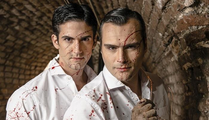 André Loddi e Leandro Luna estão na peça que tem romance gay Pacto. Foto: Caio Galucci