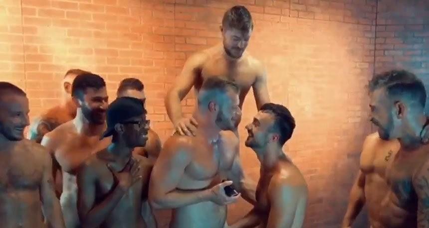 Atores de pornô gay Brian Bonds e Mason Lear: cena de pedido de casamento após sequência de gang bang