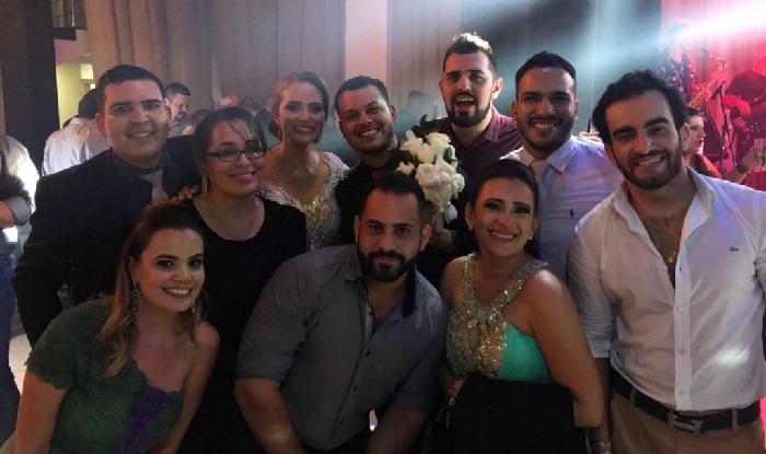 Em casamento em Cuiabá, amigo gay pega buquê e convidados reclamam