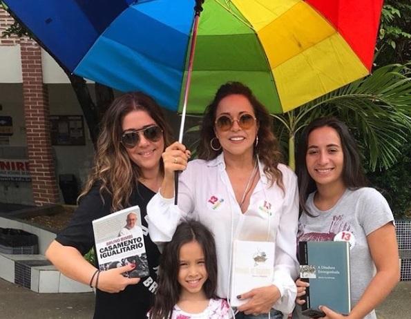 Daniela Mercury leva livro no dia da eleição