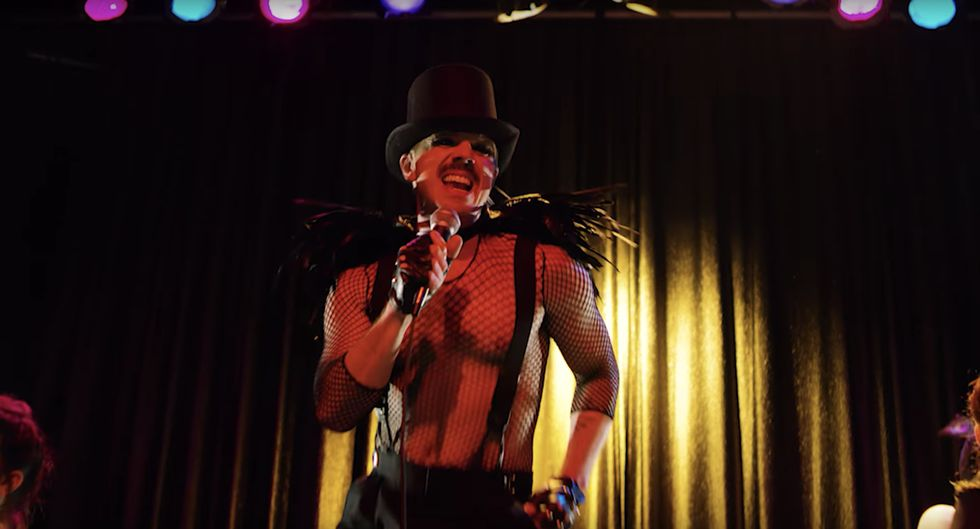 Jake Shears lança clipe de Creep City com corpão à mostra e vestido feminino