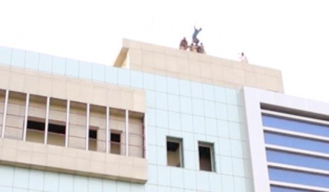 Jovem gay é atirado de cima de prédio pelo próprio tio na Chechênia