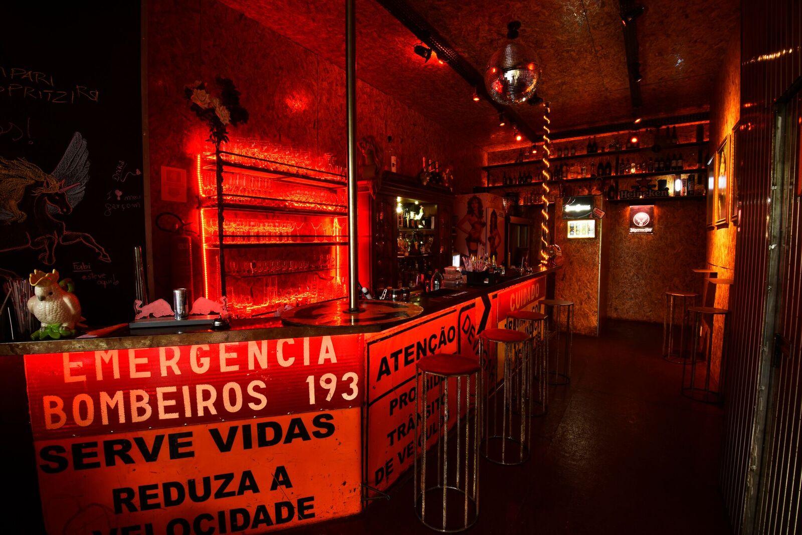 La Rubia Café, famoso bar LGBT de Brasília, faz edição com performances de drag queens no Halloween.