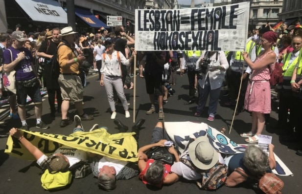 Lésbicas protestam contra transexuais na Parada LGBT de Londres