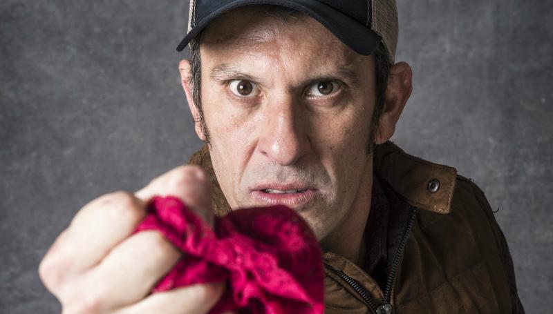 Milhem Cortaz vive o delegado fetichista por calcinhas Machado em O Sétimo Guardião