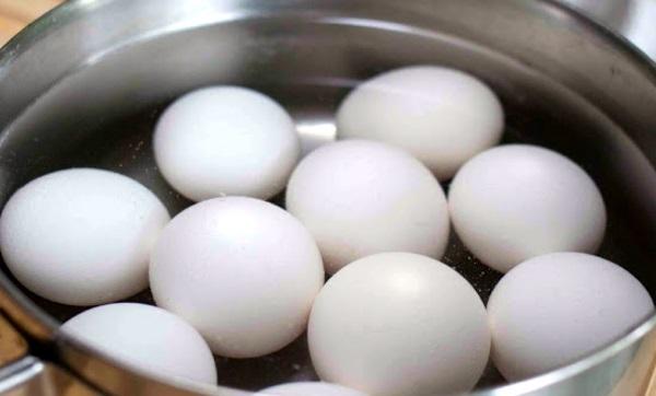 Gay coloca 15 ovos cozidos no ânus durante sexo e para no hospital